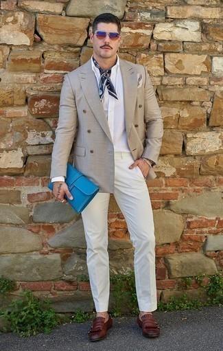 Темно-синяя бандана: с чем носить и как сочетать мужчине: Комбо из серого двубортного пиджака и темно-синей банданы позволит выразить твой личный стиль. Любители необычных луков могут дополнить ансамбль темно-красными кожаными лоферами c бахромой, тем самым добавив в него немного строгости.
