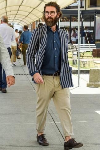 Светло-коричневые брюки чинос: с чем носить и как сочетать: Тандем темно-синего двубортного пиджака в вертикальную полоску и светло-коричневых брюк чинос выглядит отменно, согласен? Любители свежих идей могут завершить ансамбль темно-коричневыми кожаными туфлями дерби, тем самым добавив в него немного строгости.