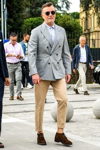 Светло-коричневые брюки чинос: с чем носить и как сочетать: Если ты приписываешь себя к той немногочисленной категории джентльменов, способных ориентироваться в одежде, тебе подойдет сочетание серого двубортного пиджака и светло-коричневых брюк чинос. Если подобный лук кажется слишком смелым, уравновесь его темно-коричневыми замшевыми ботинками дезертами.