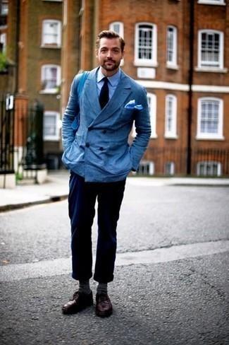Голубая классическая рубашка: с чем носить и как сочетать мужчине: Голубая классическая рубашка и темно-синие брюки чинос гармонично впишутся в любой мужской образ — расслабленный будничный образ или же строгий вечерний. Хотел бы привнести сюда толику строгости? Тогда в качестве обуви к этому луку, выбери темно-красные кожаные туфли дерби.