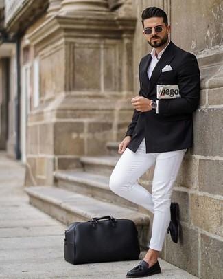 Черный двубортный пиджак: с чем носить и как сочетать мужчине: Черный двубортный пиджак и белые брюки чинос — великолепный мужской образ для свидания в ресторане. Любители экспериментировать могут дополнить образ черными кожаными лоферами с кисточками, тем самым добавив в него чуточку строгости.