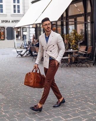 С чем носить коричневые брюки чинос: Лук из белого двубортного пиджака в вертикальную полоску и коричневых брюк чинос позволит выглядеть по моде, но при этом подчеркнуть твой индивидуальный стиль. Хочешь сделать ансамбль немного строже? Тогда в качестве обуви к этому луку, стоит выбрать темно-красные кожаные лоферы с кисточками.