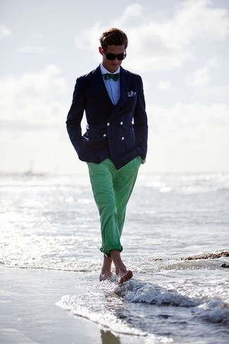 Темно-синий двубортный пиджак и зеленые брюки чинос — неотъемлемые вещи в арсенале джентльменов с замечательным вкусом в одежде.