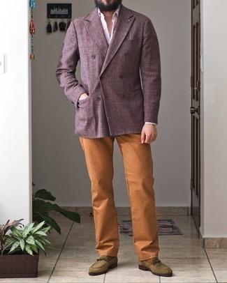 С чем носить оливковые замшевые лоферы мужчине: Дуэт пурпурного двубортного пиджака и табачных брюк чинос поможет воплотить в твоем луке городской стиль современного мужчины. Любители экспериментов могут закончить лук оливковыми замшевыми лоферами, тем самым добавив в него чуточку классики.