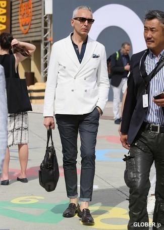 С чем носить темно-серые брюки чинос: Ансамбль из белого двубортного пиджака и темно-серых брюк чинос поможет выглядеть по моде, но при этом выразить твой индивидуальный стиль. Думаешь сделать образ немного элегантнее? Тогда в качестве обуви к этому ансамблю, стоит выбрать темно-коричневые кожаные лоферы.
