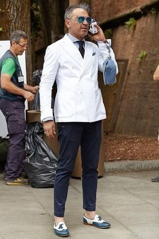 С чем носить темно-синие брюки чинос: Если ты из той когорты молодых людей, которые любят выглядеть по моде, тебе полюбится сочетание белого двубортного пиджака и темно-синих брюк чинос. Думаешь сделать лук немного элегантнее? Тогда в качестве обуви к этому образу, обрати внимание на темно-синие кожаные лоферы с кисточками.