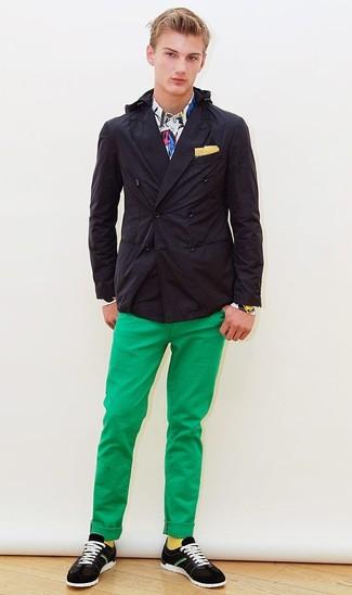 Как и с чем носить: черный двубортный пиджак, белая классическая рубашка с принтом, зеленые брюки чинос, черно-белые замшевые низкие кеды