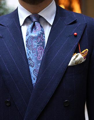 """Как и с чем носить: темно-синий двубортный пиджак в вертикальную полоску, голубая классическая рубашка в вертикальную полоску, синий галстук с """"огурцами"""", желтый нагрудный платок с принтом"""