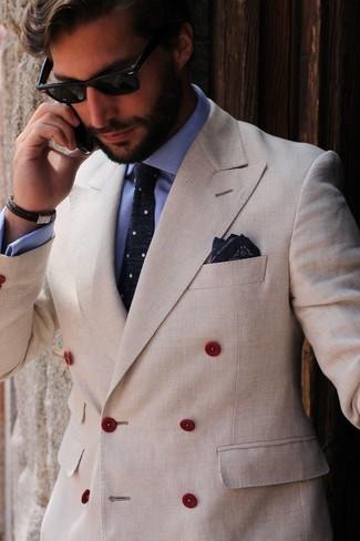 Как и с чем носить: бежевый двубортный пиджак, голубая классическая рубашка, темно-сине-белый галстук в горошек, темно-синий нагрудный платок с принтом