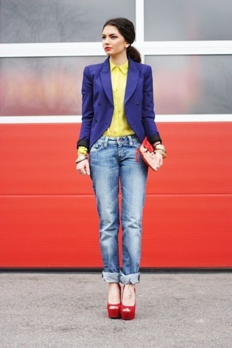 Как и с чем носить: синий двубортный пиджак, желтая классическая рубашка, синие джинсы-бойфренды, красные замшевые босоножки на каблуке