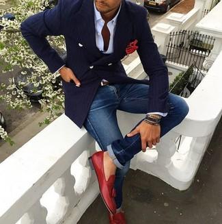 Как и с чем носить: темно-синий двубортный пиджак в вертикальную полоску, белая классическая рубашка, синие джинсы, красные кожаные лоферы с кисточками