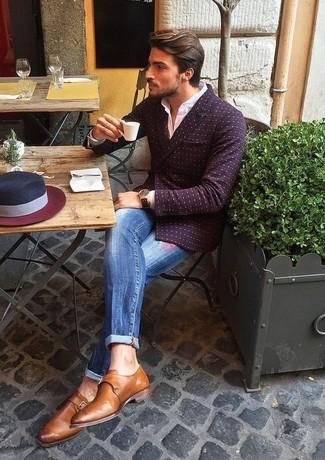 Как и с чем носить: темно-красный двубортный пиджак в горошек, белая классическая рубашка, синие рваные джинсы, коричневые кожаные монки