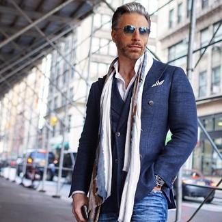 Как и с чем носить: темно-синий хлопковый двубортный пиджак, белая классическая рубашка, синие джинсы, бежевый шарф
