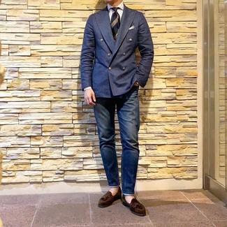 Как и с чем носить: темно-синий двубортный пиджак, белая классическая рубашка в вертикальную полоску, темно-синие джинсы, темно-коричневые замшевые лоферы с кисточками