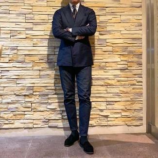 Как и с чем носить: темно-синий двубортный пиджак, белая классическая рубашка, темно-синие джинсы, черные замшевые лоферы