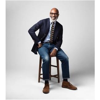 Как и с чем носить: темно-синий двубортный пиджак, голубая классическая рубашка, темно-синие джинсы, коричневые замшевые ботинки дезерты