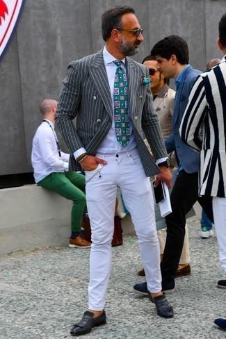 Белые джинсы: с чем носить и как сочетать мужчине: Темно-серый двубортный пиджак в вертикальную полоску и белые джинсы — отличный мужской лук для ужина в хорошем ресторане. Думаешь сделать ансамбль немного строже? Тогда в качестве обуви к этому ансамблю, стоит выбрать черные кожаные монки.
