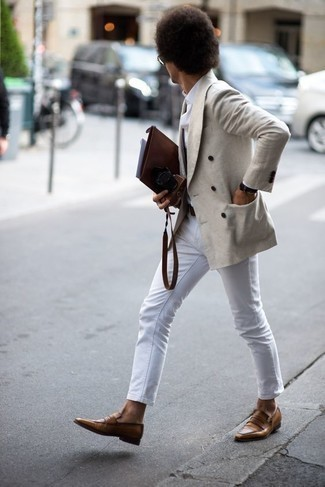 Коричневый кожаный мужской клатч: с чем носить и как сочетать мужчине: Попробуй сочетание бежевого двубортного пиджака и коричневого кожаного мужского клатча, и ты получишь стильный непринужденный мужской ансамбль, который подойдет на каждый день. Хочешь привнести сюда немного эффектности? Тогда в качестве дополнения к этому образу, выбери коричневые кожаные лоферы.