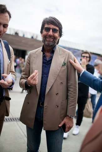 С чем носить черный кожаный ремень мужчине: Светло-коричневый двубортный пиджак и черный кожаный ремень — неотъемлемые вещи в гардеробе мужчин с чувством стиля.
