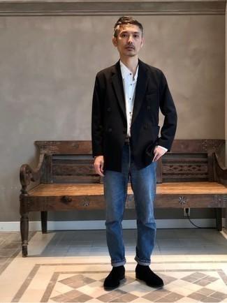 С чем носить черные замшевые ботинки челси мужчине: Ансамбль из черного двубортного пиджака и синих джинсов позволит составить элегантный и современный мужской лук. Если тебе нравится использовать в своих луках разные стили, из обуви можешь надеть черные замшевые ботинки челси.
