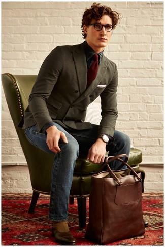 Оливковый двубортный пиджак и темно-синие джинсы — отличный вариант повседневного офисного образа. Что касается обуви, можно отдать предпочтение классике и выбрать коричневые кожаные ботинки челси.