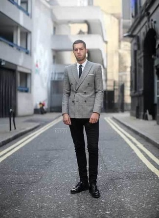 Черные зауженные джинсы: с чем носить и как сочетать мужчине: Несмотря на свою легкость, лук из серого двубортного пиджака в шотландскую клетку и черных зауженных джинсов приходится по душе стильным мужчинам, покоряя при этом дамские сердца. В паре с черными кожаными туфлями дерби такой образ выглядит особенно удачно.