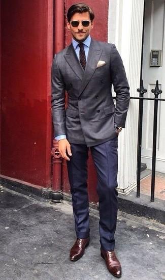 Для воплощения строгого мужского вечернего образа прекрасно подойдет темно-серый двубортный пиджак и темно-синие классические брюки. Тебе нравятся незаурядные решения? Закончи свой ансамбль темно-коричневыми кожаными оксфордами.