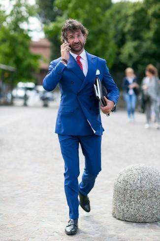 Как и с чем носить: синий двубортный пиджак, белая классическая рубашка, синие классические брюки, черные кожаные монки с двумя ремешками