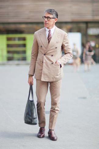 Как и с чем носить: бежевый двубортный пиджак, белая классическая рубашка, бежевые классические брюки, темно-красные кожаные лоферы