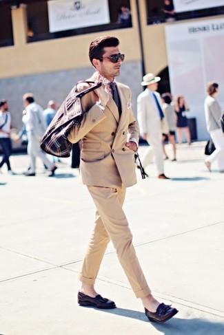 Ты будешь выглядеть безукоризненно в светло-коричневом двубортном пиджаке и темно-сине-белом галстуке в горошек. Темно-коричневые кожаные лоферы с кисточками добавят ансамблю расслабленности и динамичности.