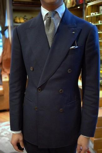 Несмотря на то, что этот ансамбль выглядит довольно сдержанно, сочетание темно-синего двубортного пиджака и темно-синих классических брюк всегда будет нравиться джентльменам, неизменно покоряя при этом сердца представительниц прекрасного пола.