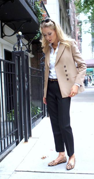 Как и с чем носить: бежевый двубортный пиджак, белая классическая рубашка, черные классические брюки, светло-коричневые замшевые лоферы с леопардовым принтом