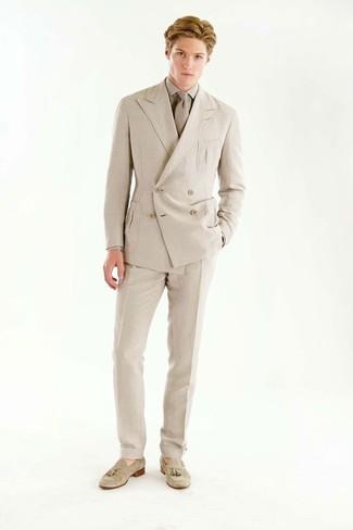 Как и с чем носить: бежевый двубортный пиджак, бежевая классическая рубашка, бежевые классические брюки, бежевые замшевые лоферы с кисточками