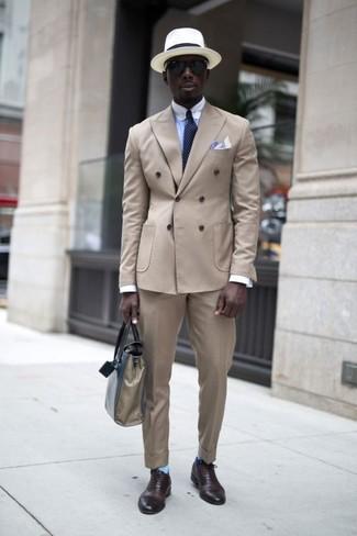 Как и с чем носить: бежевый двубортный пиджак, голубая классическая рубашка, бежевые классические брюки, темно-коричневые кожаные оксфорды