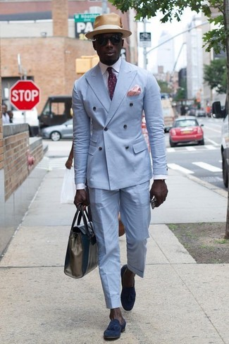 Как и с чем носить: голубой двубортный пиджак, белая классическая рубашка, голубые классические брюки, темно-синие замшевые лоферы с кисточками