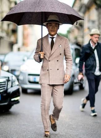 Как и с чем носить: бежевый двубортный пиджак, белая классическая рубашка, бежевые классические брюки, темно-коричневые замшевые лоферы с кисточками