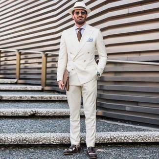 Как и с чем носить: белый двубортный пиджак, голубая классическая рубашка, белые классические брюки, черно-белые кожаные лоферы