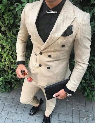 Как и с чем носить: бежевый двубортный пиджак, черная классическая рубашка, бежевые классические брюки, черные кожаные туфли дерби