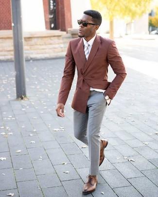 Как и с чем носить: табачный двубортный пиджак, белая классическая рубашка, серые классические брюки, коричневые кожаные туфли дерби