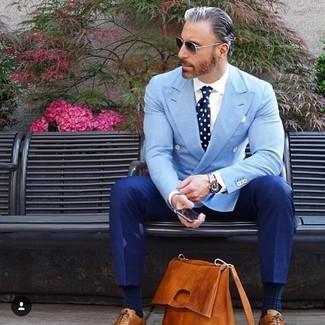 Как и с чем носить: голубой двубортный пиджак, белая классическая рубашка, синие классические брюки, табачные кожаные оксфорды