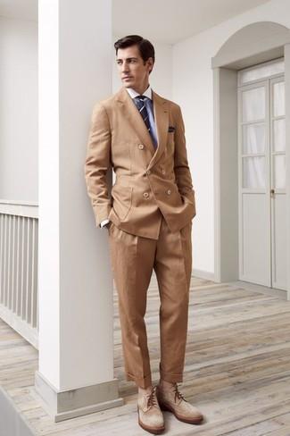 Как и с чем носить: светло-коричневый двубортный пиджак, голубая классическая рубашка, светло-коричневые классические брюки, светло-коричневые замшевые ботинки броги