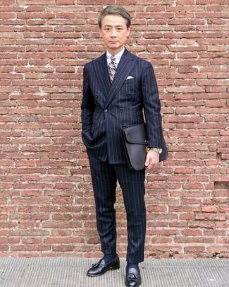 Как и с чем носить: темно-синий двубортный пиджак в вертикальную полоску, белая классическая рубашка, темно-синие классические брюки в вертикальную полоску, черные кожаные лоферы с кисточками