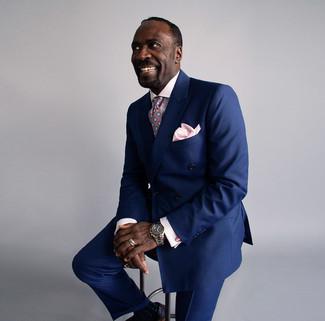 Как и с чем носить: темно-синий двубортный пиджак, розовая классическая рубашка в клетку, темно-синие классические брюки, черные кожаные броги