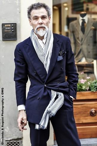 Как и с чем носить: темно-синий двубортный пиджак, белая классическая рубашка, черные классические брюки, серый шарф в вертикальную полоску
