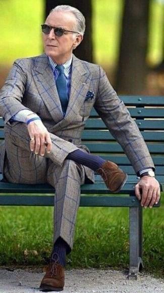 Как и с чем носить: серый шерстяной двубортный пиджак в клетку, бело-темно-синяя классическая рубашка в вертикальную полоску, серые шерстяные классические брюки в клетку, темно-коричневые замшевые туфли дерби