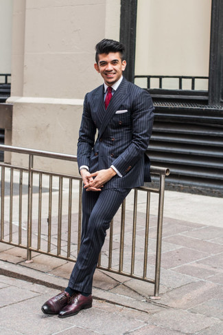 Как и с чем носить: темно-синий двубортный пиджак в вертикальную полоску, белая классическая рубашка, темно-синие классические брюки в вертикальную полоску, темно-красные кожаные оксфорды
