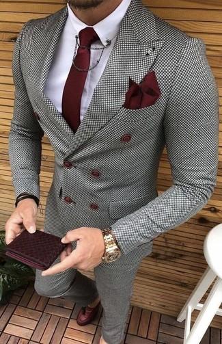 Как и с чем носить: серый двубортный пиджак в клетку, белая классическая рубашка, серые классические брюки в клетку, темно-красные кожаные лоферы с кисточками