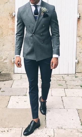 Как и с чем носить: серый шерстяной двубортный пиджак, белая классическая рубашка, черные классические брюки, черные кожаные монки с двумя ремешками