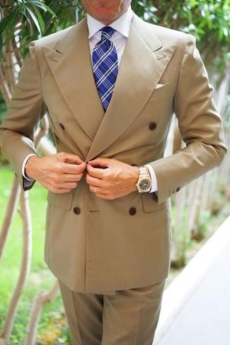 Как и с чем носить: светло-коричневый двубортный пиджак, белая классическая рубашка, светло-коричневые классические брюки, синий галстук в шотландскую клетку