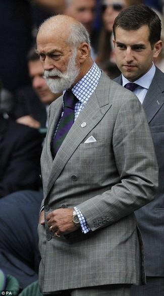 Как и с чем носить: серый двубортный пиджак в клетку, бело-синяя классическая рубашка в клетку, серые классические брюки в клетку, фиолетовый галстук в вертикальную полоску